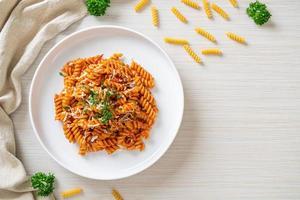 espirali ou macarrão espiral com molho de tomate foto