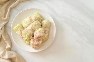 carne de porco picada embrulhada em repolho chinês ou repolho cozido no vapor carne de porco picada foto