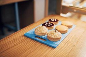 bolos em confeitaria. mostruário de pastéis com cobertura foto