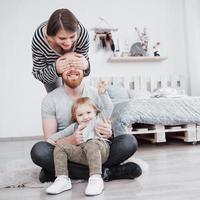 família feliz mãe, pai, filha criança em casa foto