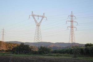 postes e fios de linhas de alta tensão foto