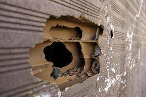 parede de tijolos com buraco foto