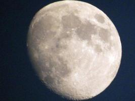 lua cheia no céu noturno. lua no fundo preto foto
