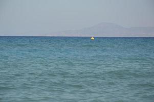 bóia para restringir o movimento de navios no mar Egeu foto