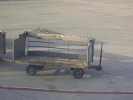 carrinho de bagagem no aeroporto internacional foto