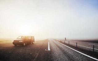 ônibus na passagem da montanha. viajar para a Islândia. belo pôr do sol sobre o oceano e o fiorde na Islândia. paisagem islandesa com montanhas e nuvens foto