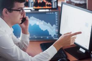 negociação de investimento de homem de negócios fazer este negócio em uma bolsa de valores. pessoas trabalhando no escritório foto