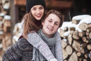 casal se diverte e ri. beijo. casal jovem hippie abraçando uns aos outros em winter park. história de amor de inverno, um lindo casal jovem e elegante. conceito de moda inverno com namorado e namorada foto