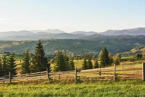 Montanhas carpathian. a foto foi tirada no alto das montanhas dos Cárpatos. lindo céu e grama verde brilhante, transmitem a atmosfera dos Cárpatos. nos Cárpatos, um cenário muito bonito