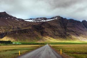 estrada nas montanhas. ponte sobre um canal que conecta a lagoa jokulsarlon e o oceano atlântico no sul da Islândia foto