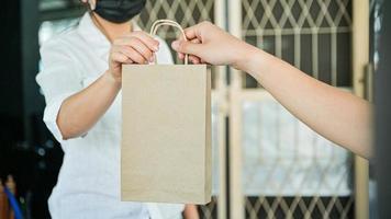 produtos em mãos e alimentos entregues em casa para evitar a transmissão do vírus corona ou kovid-19. foto