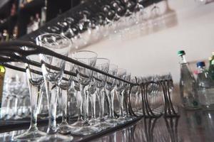 copos vazios de vinho acima de uma prateleira de bar em tom vintage foto