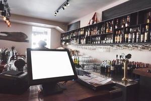 lindo restaurante europeu novo no centro com garrafa de bebida alcoólica borrada foto