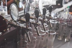 pronto para beber cerveja em boteco em boteco tradicional de madeira foto