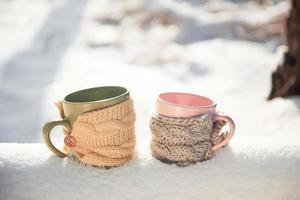 duas xícaras de chá no fundo de uma paisagem de inverno foto