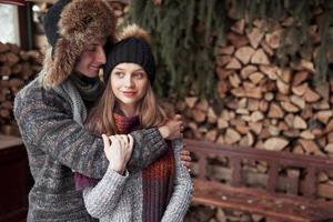 Natal feliz casal apaixonado abraço na floresta fria de inverno com neve, cópia espaço, celebração da festa de ano novo, feriado e férias, viagens, amor e relações foto