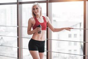 garota ativa no ginásio de fitness. conceito treino estilo de vida saudável esporte foto