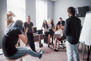 uma equipe de jovens estudantes no escritório é fotografada. foto