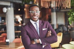 sorriso feliz de um empresário bem-sucedido afro-americano de terno. foto