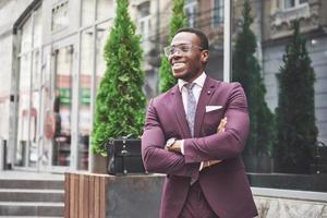 sorriso feliz de um empresário afro-americano de terno foto
