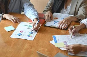 a equipe feminina do escritório resume o orçamento para a apresentação executiva anual. foto