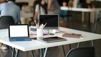 foto recortada de tablet, laptop e equipamento estacionário no espaço de trabalho contemporâneo.
