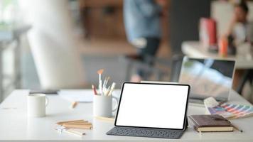 locais de trabalho públicos contemporâneos com laptops e equipamentos de escritório. foto