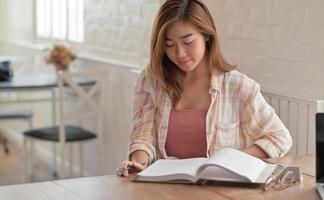 close-up foto de uma universitária lendo um exame final na sala de estar em casa.
