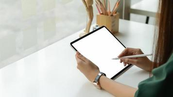 designer gráfico desenhou um tablet digital no estúdio de escritório. foto