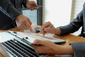 equipe de negócios usando caneta, laptop, está planejando um plano de marketing para melhorar a qualidade da organização no futuro. foto