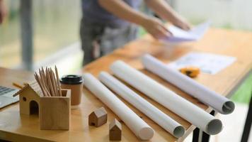 planos e equipamentos na mesa do escritório do arquiteto. foto