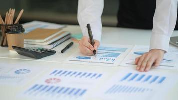 a nova geração de profissionais de negócios analisa seus planos de investimento com tabelas e gráficos. foto