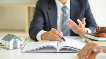 advogados aconselham clientes sobre direito imobiliário. foto