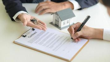 conceito imobiliário, cliente que assina o contrato sobre o contrato de empréstimo à habitação. foto