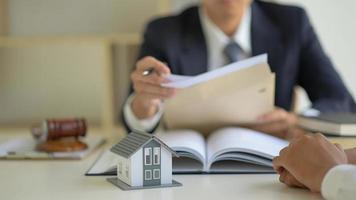 o advogado está consultando clientes sobre o contrato de compra da casa. foto