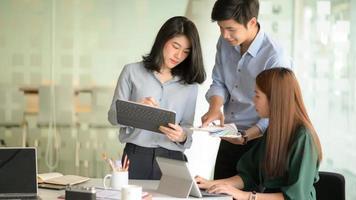 a equipe de negócios apresentou os conceitos antes da reunião com os clientes em um escritório moderno equipado com um laptop. foto