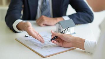 o home broker recomenda que o cliente assine o contrato, conceito imobiliário. foto