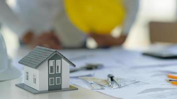 projetos residenciais conceituais, espaços de trabalho com casas modelo e equipamentos de desenho. foto