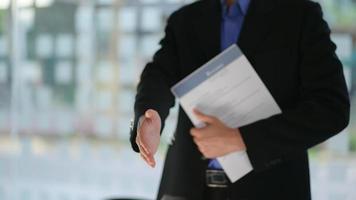 parceiros de negócios dão as mãos para se juntar ao projeto. foto