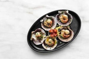 porção de tapas de frutos do mar com vieiras em barcelona restaurante espanha foto