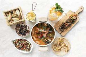 tapas gourmet espanhóis mistos compartilhando seleção de pratos na mesa do restaurante foto