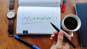 você pode ver que alguém está segurando um marcador na mão e há um texto que diz informações, você pode usá-lo para fins comerciais foto