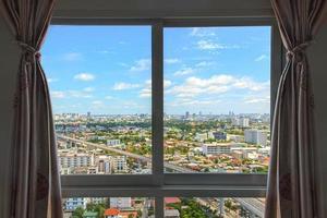 janela no edifício, edifícios do horizonte foto