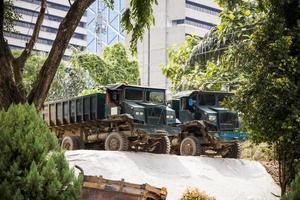 dois grandes caminhões basculantes na Malásia, Ásia foto
