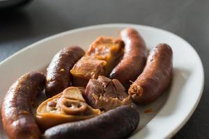 close up de compango, acompanhamento com carne, chouriço, compota e chouriço para juntar à refeição tradicional nas astúrias, fabada. gastronomia asturias. Espanha foto