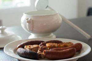 gastronomia asturiana. fabada e compango tradicionais, com chouriço, fiambre e chouriço. Espanha foto