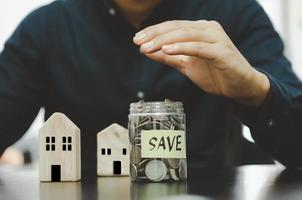 poupança para investir ou poupança para a reforma. comprar seguro ou seguro saúde. investir em imóveis ou habitação no futuro. conceito de negócio financeiro foto