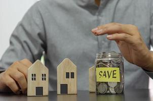 investimento e conceito de negócio de finanças. poupar dinheiro para investir ou comprar imóveis. foto