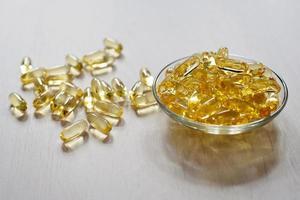 comprimidos de óleo de peixe. cápsulas de gel ômega-3. suplemento alimentar obtido de fígado de bacalhau. conceito de saúde e médico. foto