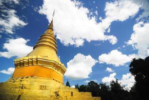 Wat Phrathat Jomping Temple em Lampang, Tailândia foto